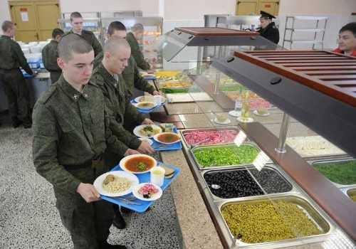 солдат в столовой
