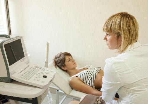 доктор исследует пациента
