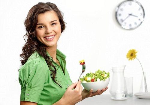 Девушка держит чашку с салатом