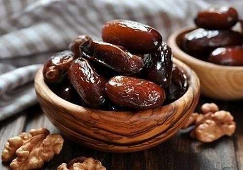 сушеные финики и грецкие орехи