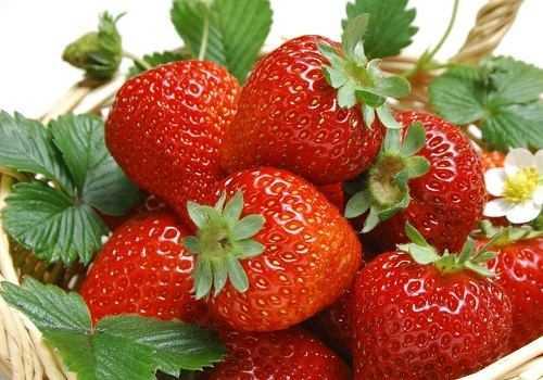 ягоды клубники в лукошке