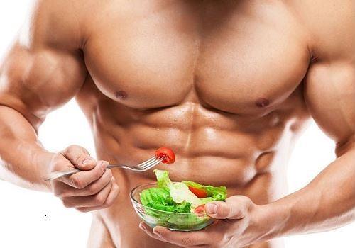 Мужчина держит тарелку с салатом