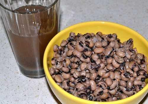 Фасоль в чашке и стакан с отваром