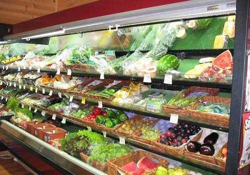 Овощи и фрукты на витрине магазина