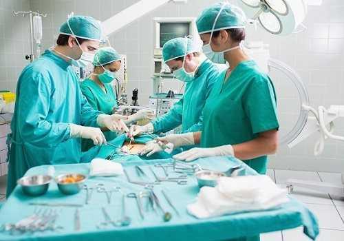 Врачи делают операцию