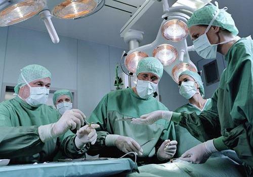 Врачи делают операцию Бергера