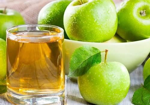 Яблоки и стакан с яблочным соком