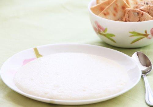 манная каша на тарелке