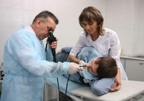 введение трубки пациенту