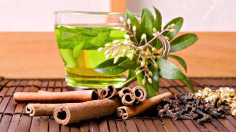 Благодаря содержанию кофеина зеленый чай отлично бодрит и повышает общий тонус.