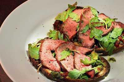 Брускетта: вяленые говядина и томаты