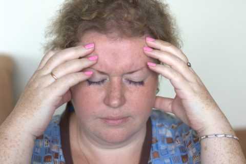 Частые головные боли — один из симптомов осложнения