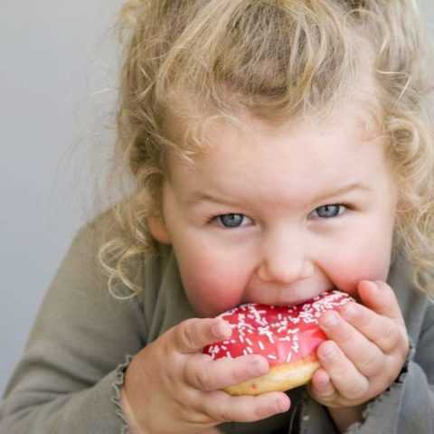 Чрезмерное количество сладостей вредно для детского организма