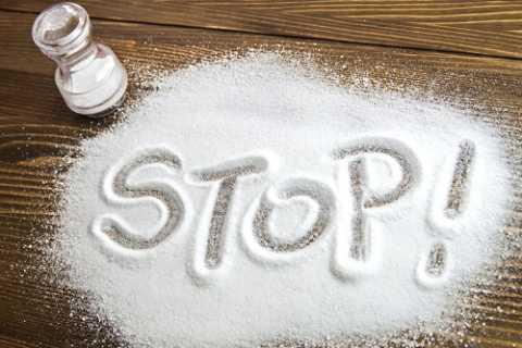 Диабетикам-гипертоникам нужно резко ограничить потребление соли, вплоть до полного отказа