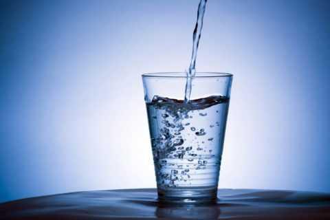 Для получения желаемых результатов следует пить минералку в небольших количествах.