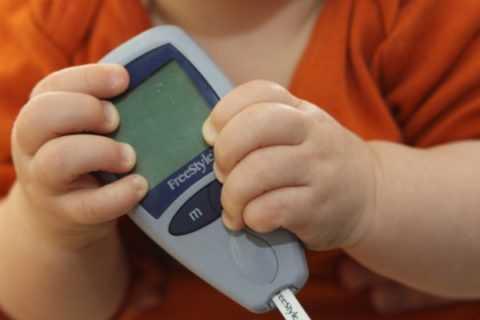 Если патология диагностирована у ребенка до шестимесячного возраста в детской эндокринологии и педиатрии это называют неонатальный диабет