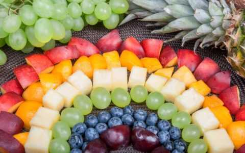 Фрукты и ягоды помогут справится с голодом на переходе к диетическому рациону