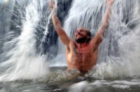 Холодная вода водопада оздоравливает организм и повышает потенцию