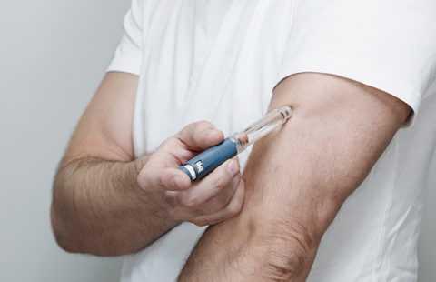 Инъекции инсулина в мышечную область конечностей замедляет процесс усвоения препарата тканями.