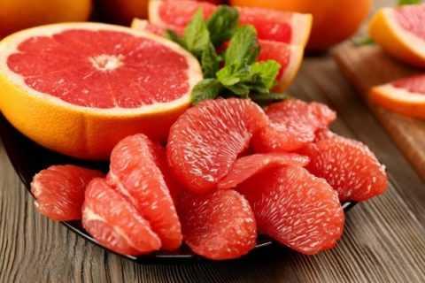 Из фруктов и ягод можно есть только грейпфруты (под контролем глюкометром!)