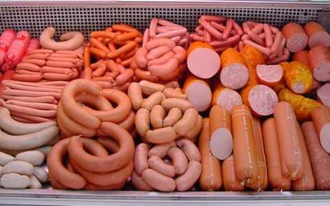 Колбасные изделия содержат лактозу, внедренную искусственным путем.