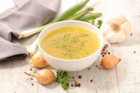 Куриный суп отлично насыщает и отличается насыщенным вкусом и ярким ароматом.