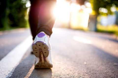 Легкие физические нагрузки, в том числе и пешие прогулки, пойдут на пользу пациенту.