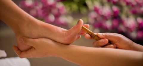Массаж палочкой или пальцами между пальцами и подушечек пальцев ног
