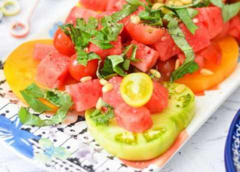 Можно есть мякоть арбуза с любыми овощами и фруктами, разрешенными при диабете.
