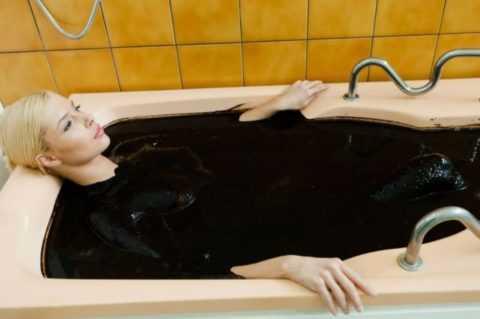 Не менее полезными в процессе лечения являются также грязевые ванны.