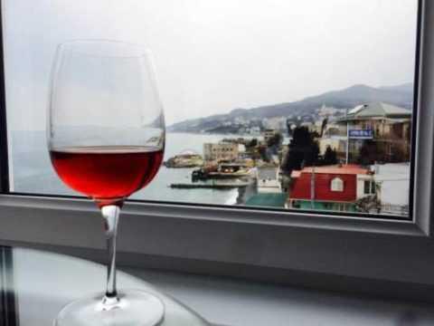 Небольшое количество красного сухого вина улучшает пищеварение и снижает холестерин