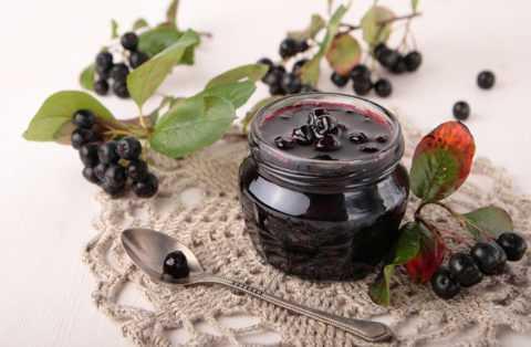 Нужно отметить, что в терапии диабета используют не только ягоды арании, но и листья