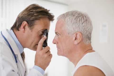 Обратиться к офтальмологу нужно при проявлении первых симптомов.