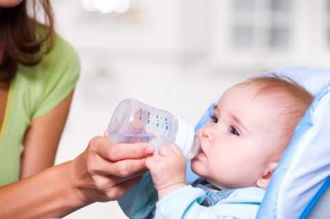 Одним из признаков этой сложной патологии является постоянная жажда - малыш капризничает и успокаивается только после питья на короткий промежуток времени