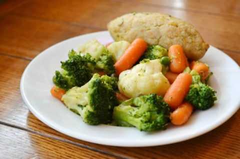 Паровые куриные котлетки с овощным гарниром (морковь, болгарский перец, молодой зеленый горошек), томатный сок