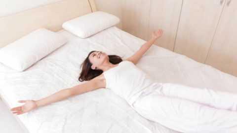 Первые упражнения зарядки начинайте выполнять лёжа, сразу же после пробуждения