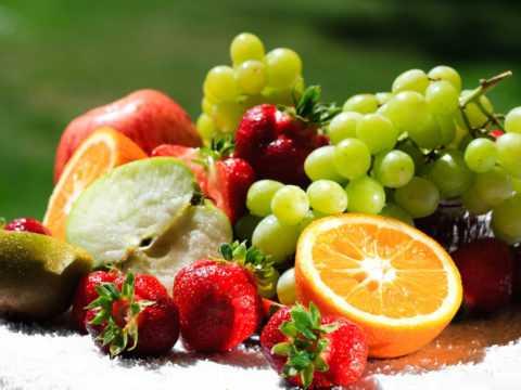 При диабете следует отказаться от сладостей, в том числе, некоторых фруктов и ягод.