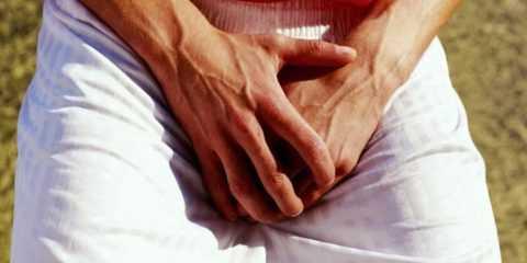 При кандидозном баланопостите мужчины не редко ощущают сильный зуд и жжение.