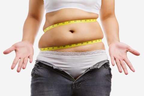 При поликистозе трудно сбросить лишний вес – проблемной зоной является живот.