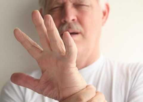 Приступ гипогликемии сопровождается дрожью в теле и покалыванием в конечностях.