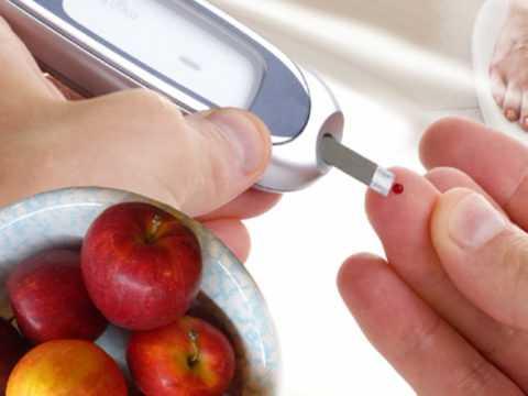 Проводить лечение угревой сыпи следует в комплексе с терапией против диабета.
