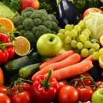 Разнообразные фрукты и овощи.