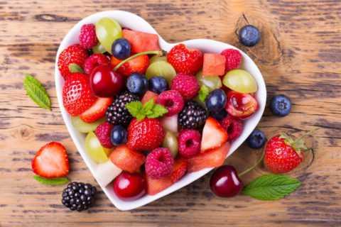 Регулярное употребление фруктов в пищу укрепляет иммунитет и улучшает пищеварение.