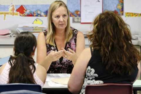 Родители должны поговорить с классным руководителем и учительским составом, сообщив о недуге ребенка.