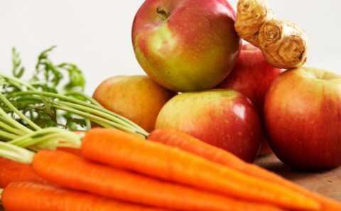 Салат из яблок и моркови насыщает организм витаминами и отлично утоляет голод.