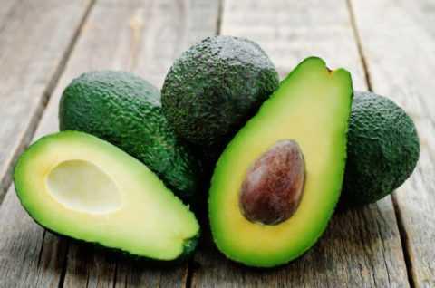 Самый полезный при диабете, содержащий минимум сахара, фрукт – экзотическое авокадо.