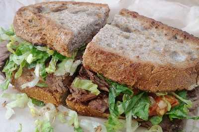 Сэндвич с отварной говядиной, овощи