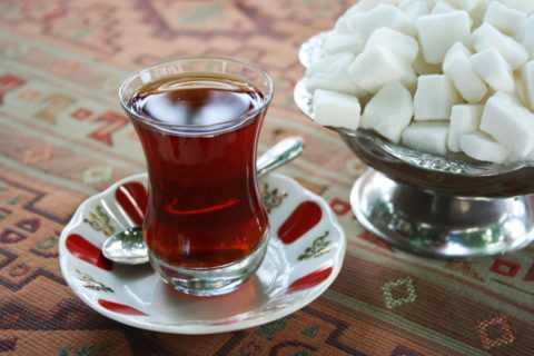 Сладкий чай или какая-либо сладость – первое средство помощи при гипогликемии.