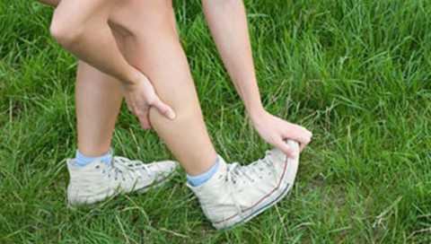 Сжимание и потягивание сокращенных мышц при судорогах