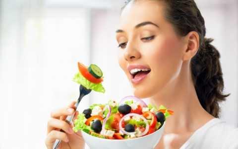 Такие диетические салаты обязаны содержать много овощей, зелени, постную заправку. Нельзя в блюдо добавлять кетчуп или майонез.